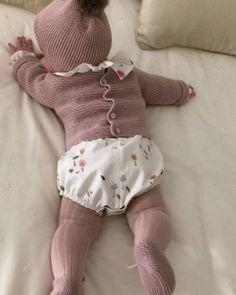 Qué suerte tengo de tener clientas y modelos tan maravillosos!!!! que visten a sus bebés así, camisa continuada de árboles, jersey, gorro y patucos hechos en Pompom. Gracias Cute Outfits For Kids, Toddler Outfits, Little Girl Fashion, Kids Fashion, Baby Knitting, Crochet Baby, Retro Mode, Organic Baby Clothes, Baby Kind