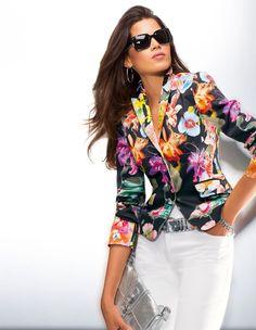 Blazer mit wunderschönem, farbintensivem Floral-Print - kontraststark auf schwarzem Hintergrund.