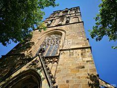 Die katholische Herz-Jesu-Kirche vor strahlend blauem Himmel im Bistum Münster in Westfalen im Münsterland