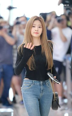 Girls Jeans, Mom Jeans, Skinny Jeans, The Most Beautiful Girl, Beautiful Asian Girls, Kpop Girl Groups, Kpop Girls, Jean Jacket Outfits, Yu Jin