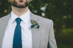 Light grey suit with teal tie. Image by Kikitography Country Wedding Groom, Wedding Men, Wedding Suits, Wedding Attire, Light Grey Suits, Light Teal, Teal Suit, Grey Tux, Feather Boutonniere