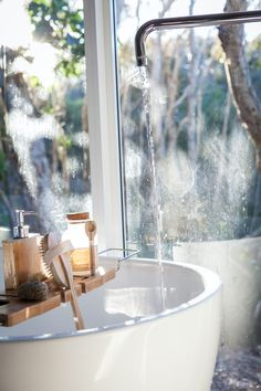 If a warm bath with essential oils helps you destress at the end of the day, here are some essential oil bath safety tips to keep you safe while you relax. Bathroom Design Small, Diy Bathroom Decor, Bathroom Ideas, Bathroom Inspiration, Interior Inspiration, Interior Blogs, Bathtub Decor, Bathtub Tray, Clean Bathtub