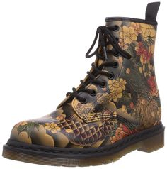 Dr. Martens 1460 Tattoo Sleeve TAN, chaussures bateau femme - Marron - Marron (caramel), Taille 37 EU Dr. Martens, Dr Martens Boots, Cute Shoes, Me Too Shoes, Runway Fashion, Fashion Shoes, Martens Style, Hot Clothes, Patent Leather Boots