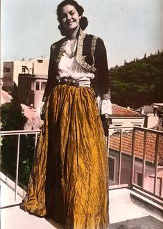 Νταίζη Μαυράκη : Η νικήτρια των πρώτων μεταπολεμικών καλλιστείων, τα οποία έγιναν τον Απρίλιο του 1952 στο Ξενοδοχείο Μεγάλη Βρετανία στην Αθήνα, με ενδυμασία από τα Χανιά.