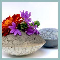 Raku-Handschmeichler hellblau und kleine flache Vase