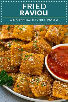 These fried ravioli are cheese ravioli coated in seasoned breadcrumbs, then fried to golden brown perfection. Toasted ravioli are a fun unique appetizer! Italian Appetizers, Easy Appetizer Recipes, Cold Appetizers, Fried Ravioli Recipe, Ravioli Bake, Cheese Ravioli, Toasted Ravioli, Snacks Sains, Clean Eating Snacks