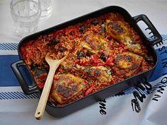 Kana hautuu meheväksi välimerellisessä kastikkeessa.