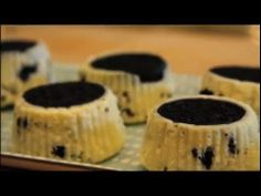 Cupcakes de Oreo: 42 Oreo cookies, 30 whole and 12 ground, 900 Grams cream cheese, 1 cup of sugar, 1 teaspoon vanilla extract 4 large eggs beaten with a fork, 1 cup thick sour cream, 1 pinch of salt