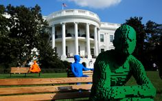 20161004 - Esculturas feitas inteiramente de peças de Lego, criado pelo artista Nathan Sawaya, são vistos na Casa Branca, em Washington, nos EUA. As obras fazem parte do festival de artes 'South by South Lawn', oferecido pelo presidente Barack Obama Gary Cameron/Reuters
