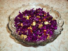 A delicious salad recipe made with red cabbage, seeds, nuts and honey. Vegan Lunch Recipes, Salad Recipes, Red Cabbage Salad, Vinegar Uses, Food To Make, Coconut, Yummy Food, Vegetables, Uses Of Vinegar