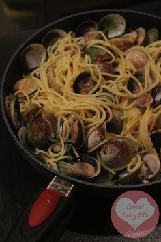 Spaghetti alle vongole - Spaghetti with clams - http://www.loveateverybite.com/primi-1st-courses/spaghetti-alle-vongole-spaghetti-with-clams/