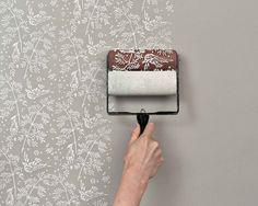 In de shop The Painted House op Etsy vonden we deze patroon verfrollers, waarmee je eenvoudig de uitstraling van behang op je muur aanbrengt. De rollers zijn herbruikbaar en zijn leverbaar in 9 verschillende patronen. Je kunt zelfs kiezen uit een roller waarmee je de prints op stof kunt aanbrengen. Wij zeggen: rollen maar!