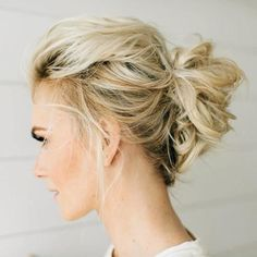 Messy Blonde Updo Frisuren dünnes Haar 70 Perfect Medium Length Hairstyles for Thin Hair Messy Bun Medium Hair, Thin Hair Updo, Updos For Medium Length Hair, Up Dos For Medium Hair, Medium Hair Cuts, Medium Hair Styles, Short Hair Styles, Medium Cut, Messy Buns