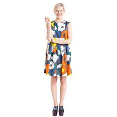 Suloista Semmi-mekkoa koristaa Piia Rinteen suunnittelema värikäs kukkakuvio. Mekko on hihaton, siinä on pyöreä kaulus ja empire-tyylinen vyötärölinja.