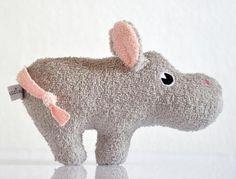 *Mimi* freut sich auf dich!  Das kleine Nilpferd lädt dich nicht nur zum *Kuscheln* ein, sondern *knistert* und *rasselt* auch für dich!  In Ihren Ohren ist Knisterfolie und in ihrem Körper...