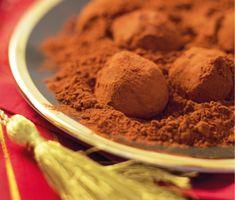 En enkel tryffel gör du lätt med grädde, mörk choklad och kakao. Den passar utmärkt till kaffet och smakar ljuvligt av den krämiga chokladen. Tryfflarna rullar du i kakao när smeten stelnat.