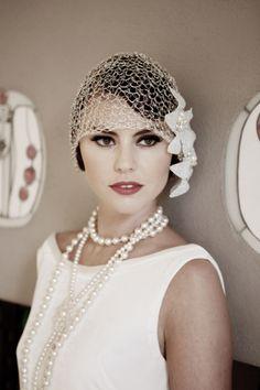 La época del charlestón, en la que los vestidos con flecos, los tocados de plumas y los collares de perlas causaron sensación.