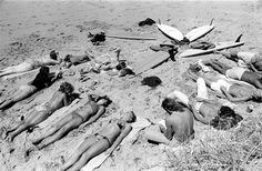 Surfer boys & girls, Lorne, 1975 – Image by Rennie Ellis (Australia) Black N White Images, Black And White, Surfer Boys, Vintage Surf, 1975, Tumblr, Australian Art, Surfs Up, Summer Vibes