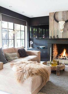 deco cocooning, cheminée en brique, murs noirs, canapé beige, tapis blanc et noir