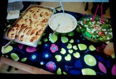 Pääsiäisruokaa oppilaille, broilerinrinta,riisi ja tuoresalaatti.