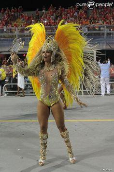 São Paulo, 2014 - Milena Nogueira desfilou como rainha de bateria da Águia de Ouro no sábado. Foto: AGNews.