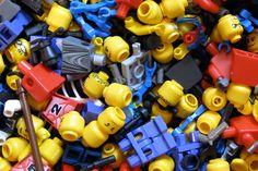 Sabe por que os bonecos de Lego têm um buraco na cabeça? A Lego explica - Blue Bus