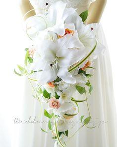 . . ウェディングブーケの王道は、 #キャスケードブーケ 、 その中でも、1番人気があるのは #カサブランカ の作品です。 , 淡いオレンジと、ピンクのミニバラ クルクルミスカンサスを絡ませた #シルクフラワー の ナチュラルなブーケになりました^_^ . . #wedding #weddingbouquet #ウェディングブーケ #ウエディングブーケ #2018春婚 #結婚式 #披露宴 #プレ花嫁 #結婚準備
