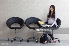 Foto de stock : Pregnant woman sitting on chair in waiting area