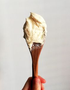 Vanilla Buttercream Frosting - Eats Delightful Vanilla Icing Recipe, Vanilla Recipes, Cream Pie Recipes, Yummy Recipes, Vanilla Buttercream Frosting, Cupcake Frosting, Vanilla Cupcakes, Vanilla Cake, Frosting Recipes
