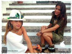 Cubre botas Colección Ibiza. Sombrero con adorno en serraje y plumas naturales. Pendientes con pluma de pato y ojo de pavo real.