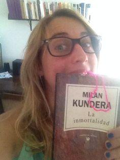 """Lucía dice que su enamorado es """"La insoportable levedad del ser"""", también de Milan Kundera, pero como no lo tenía a mano en el momento de la foto, eligió su segundo enamorado. Una lectora fiel"""