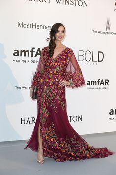 Georgina Chapman con  un vestido de tul color vino bordado de flores de colores, de Marchesa.