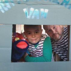 Vader en zoon na afloop van de workshop Budget Knutselen van Kunst en Kolder & Wij Kids in Alphen aan den Rijn. Met hun zelfgemaakte sokpop Dino in de fruitdoos poppenkast.