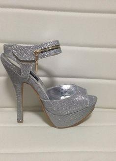 Nové stříbrné sandály na podpatku  1629ecd450