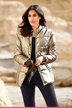 Jakke i skimrende gull Gull, Dresser, Vest, Beautiful, Fashion, Scale Model, Moda, Powder Room, Fashion Styles