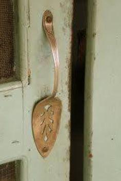 Cake spoon for a screen door handle