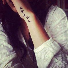 Pequeños Tatuajes — Pequeño tatuaje en la mano de cinco pájaros...