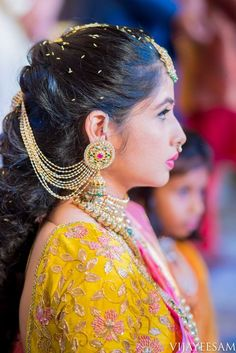 A Classical Beauty - The Engagement Pictures Of Aashna Karan Indian Jewelry Earrings, Jewelry Design Earrings, Gold Earrings Designs, Gold Jewelry, South Indian Bride Hairstyle, Indian Bridal Hairstyles, Bride Hairstyles, Engagement Hairstyles, Antique Jewellery Designs