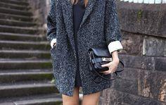 Idée manteau H (ou Mango) + Robe noire droite Need Supply + Collants transparents + Sac noir
