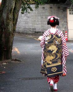 Darari obi of okiya Nakasato (Kamishichiken) Geisha Japan, Japanese Geisha, Japanese Art, Kimono Japan, Kimono Design, Japanese Costume, Japanese Prints, Nihon, Historical Costume