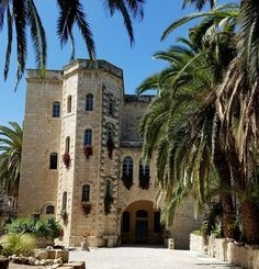 Jerusalem and the surrounding hills are home to inspiring Christian monasteries with ancient history and art. Read more in our - Monastery Jerusalem Guide. Jerusalem Travel, Jewish Temple, Benedictine Monks, Mount Of Olives, World Religions, Holy Land, Day Tours, Great View, Israel