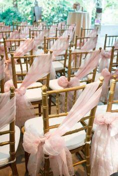 As cadeiras num casamento são um elemento essencial e fazem parte integrante da decoração. E claro que os noivos merecem um detalhe especial!