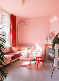 BINNENKIJKEN • in een jaren 20 huis met roze wanden en koperen schouw | living room with pink walls and copper fireplace | vtwonen 06-2019 | Styling en fotografie Anki Wijnen #livingroom #pink #roze