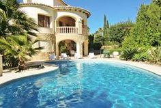 Jolie villa, située dans l'urbanisation Costeres, à seulement 900m des plages, avec piscine privée, jardin, parking pour 3 voitures