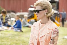 Pin for Later: Track the Beauty Evolution of Your Favorite Female Mad Men Characters Betty: Season 7 Flipped-out hair and red lips and nails made Betty look like a babe again (RIP Fat Betty). Mad Men Fashion, Retro Fashion, Vintage Fashion, Fashion Trends, Amc Awards, Mad Men Characters, Tv Moms, Betty Draper, Fitted Black Dress