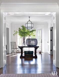 At the Connecticut retreat of Edie Parker accessories designer Brett Heyman and her family, decorator Mark Cunningham conjured a stylishly inviting atmosphere. In the entrance hall, a lantern by Suzanne Kasler from Circa Lighting hangs above the center ta Architectural Digest, Entry Foyer, Entryway Decor, Modern Entryway, Rustic Entry, Urban Deco, Connecticut, Design Entrée, Design Ideas