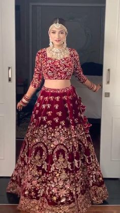 Mehendi Outfits, Indian Bridal Outfits, Indian Bridal Fashion, Indian Fashion Dresses, Indian Designer Outfits, Indian Bridal Wear, Wedding Lehenga Designs, Designer Bridal Lehenga, Latest Bridal Lehenga Designs