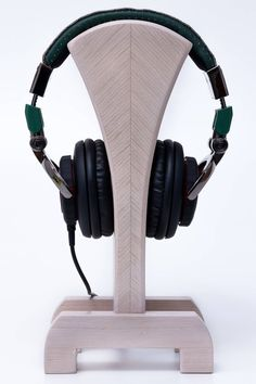 10 Super Creative DIY Headphone Stand Ideas (Some are from Recycled Materials) Diy Headphone Stand, Headphone Storage, Headphone Wrap, Headphone Splitter, Headphone Holder, Cordless Headphones, Gaming Headphones, Skullcandy Headphones, Wood Shop Projects