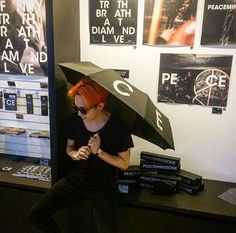 I'm like:WTH with daragon sign and umbrella!!! and now the fcking tease Kwon Jiyong just have a selca with umbrella
