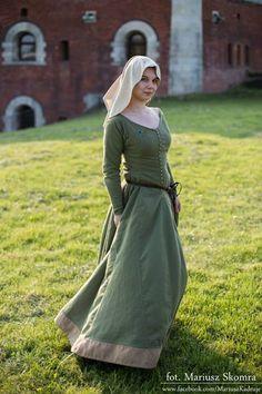 Suknia spodnia wełniana. Wykrój wzorowany na wykopkach z Herjolfsnes (no.39). *Pracownia Rotki/Kram różowy koralik*